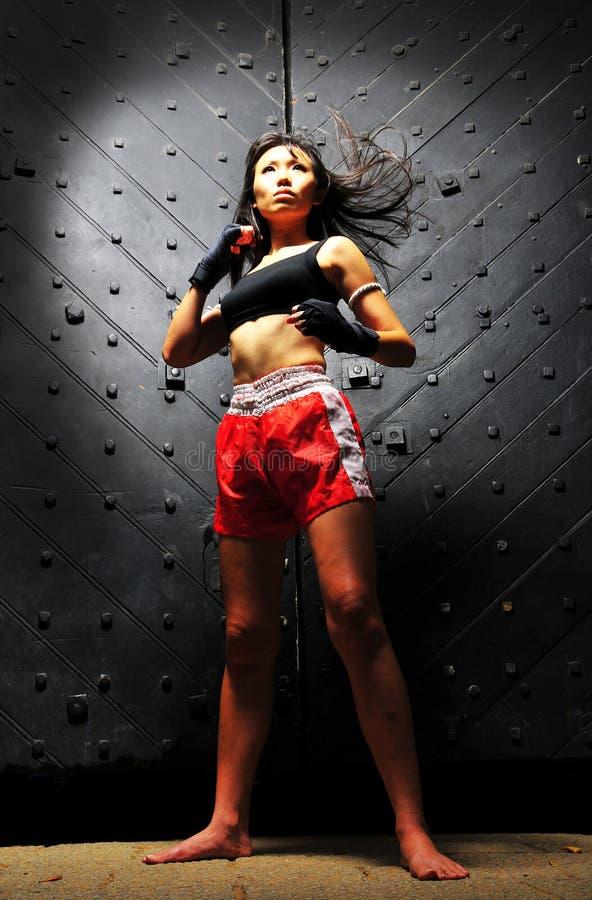 Mujer asiática que practica el boxeo tailandés de Muay fotografía de archivo libre de regalías