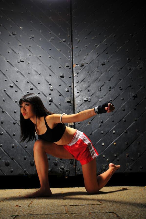 Mujer asiática que practica el boxeo tailandés de Muay fotos de archivo libres de regalías