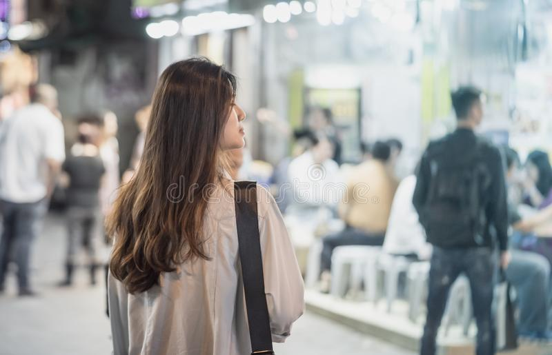 Mujer asiática que viaja a través de Hong Kong Night Market fotos de archivo