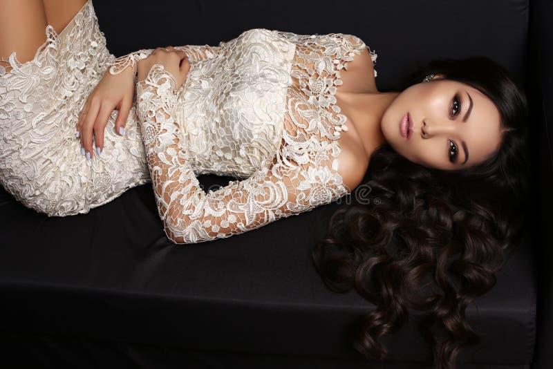 Mujer asiática sensual con el pelo oscuro largo en vestido elegante del cordón foto de archivo libre de regalías