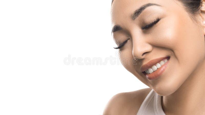 Mujer asiática sensual con los ojos cerrados aislados en el fondo blanco Cuidado de piel y concepto natural de la belleza fotografía de archivo