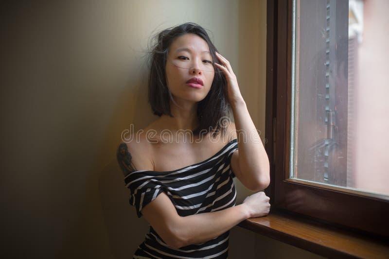 Mujer asiática sensual hermosa que plantea mirar atractivo la cámara fotos de archivo libres de regalías