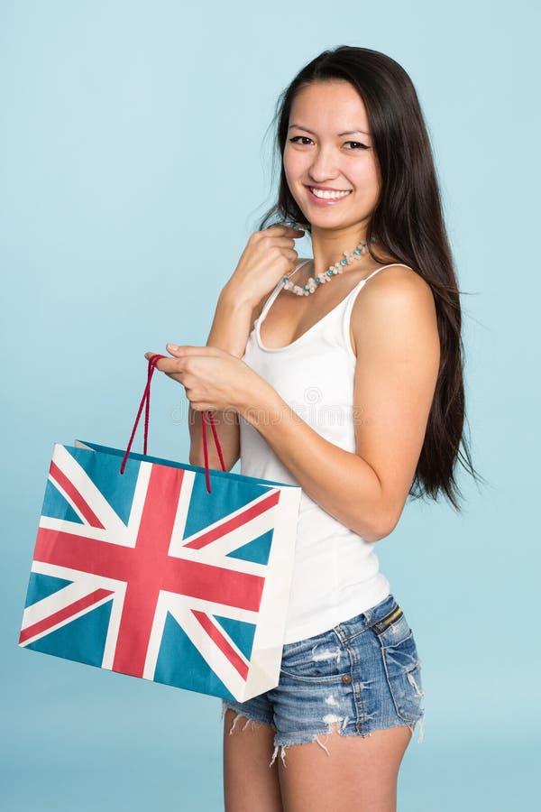 Mujer asiática sonriente feliz joven con el panier imagen de archivo libre de regalías
