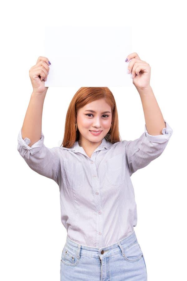 Mujer asi?tica sonriente que sostiene la bandera blanca en blanco, tablero de la muestra del negocio con la trayectoria de recort imágenes de archivo libres de regalías