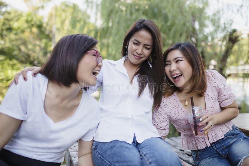 Mujer asiática tres que ríe con la emoción de la felicidad imagen de archivo libre de regalías