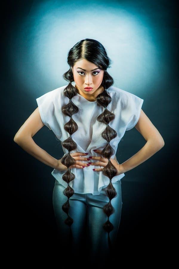 Mujer asiática triguena hermosa con el pelo negro largo fotos de archivo