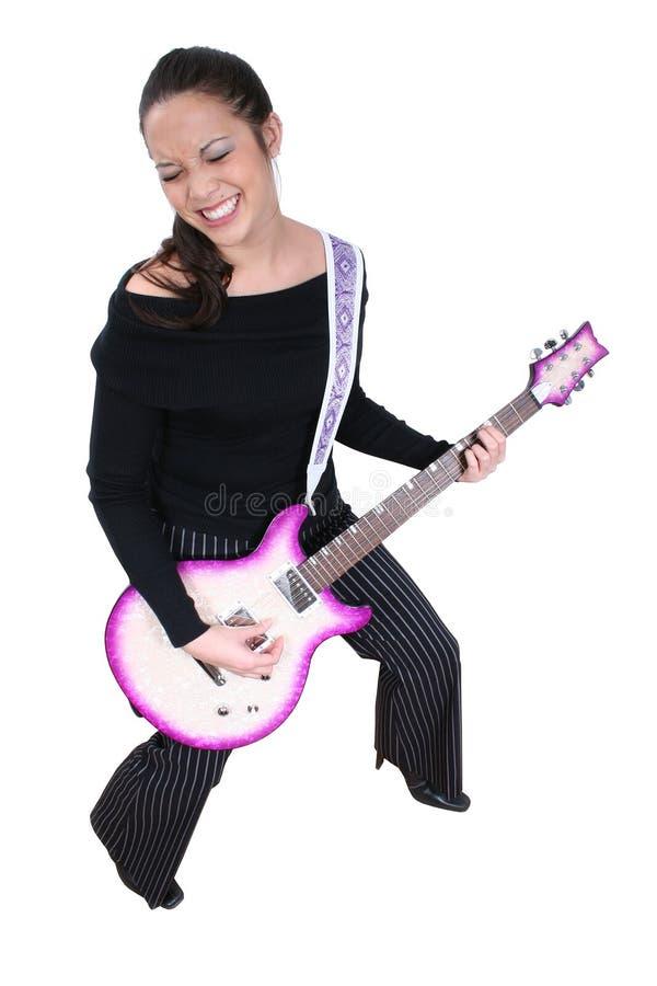 Mujer Asiático-Americana con la guitarra eléctrica fotografía de archivo libre de regalías