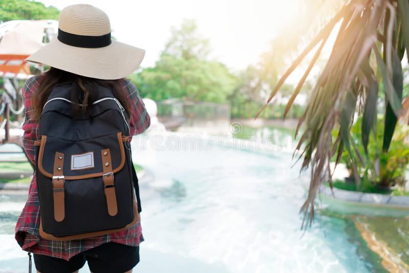 Mujer asi?tica con la mochila para el viaje fotografía de archivo