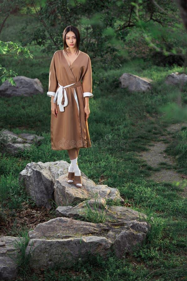 Mujer asi?tica en kimono japon?s tradicional al aire libre imagen de archivo