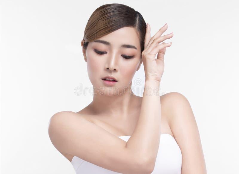 Mujer asi?tica joven de la belleza con la piel facial perfecta Gestos para el balneario y la cosmetolog?a del tratamiento del anu fotografía de archivo