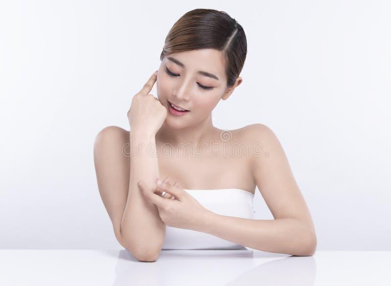 Mujer asi?tica joven de la belleza con la piel facial perfecta Gestos para el balneario y la cosmetolog?a del tratamiento del anu foto de archivo