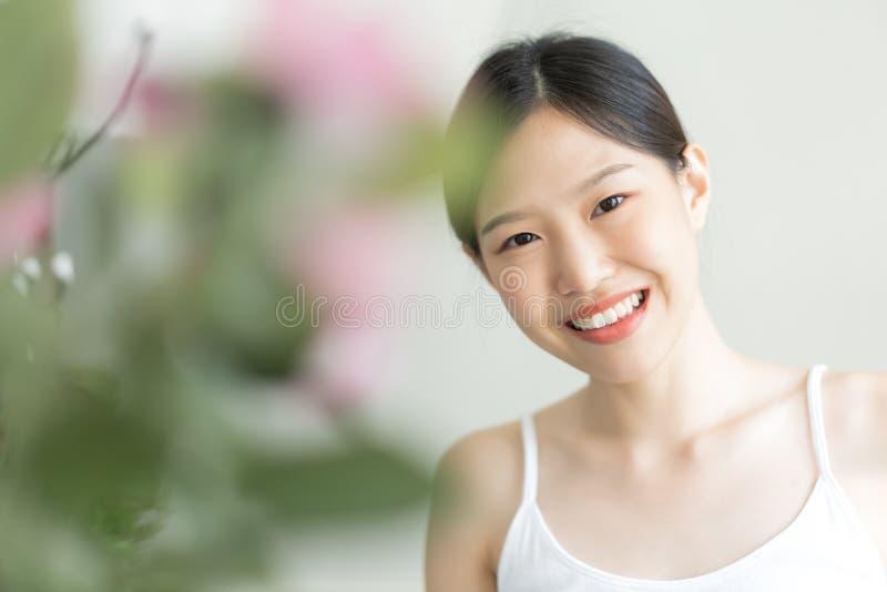 Mujer asi?tica joven del retrato La muchacha sonrió en la cámara fotografía de archivo libre de regalías