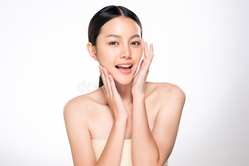 Mujer asi?tica joven hermosa con la piel fresca limpia imágenes de archivo libres de regalías