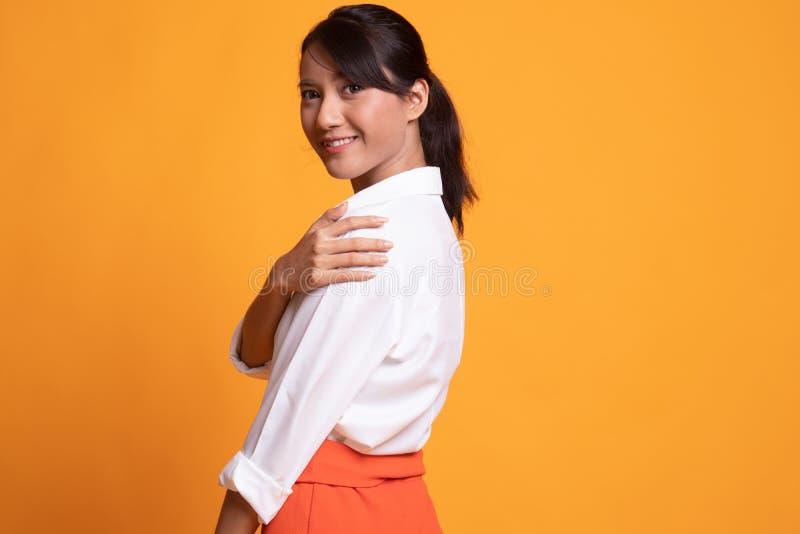 Mujer asi?tica joven hermosa feliz foto de archivo libre de regalías