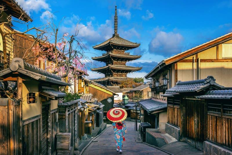 Mujer asi?tica que lleva el kimono tradicional japon?s en la pagoda de Yasaka y la calle de Sannen Zaka en Kyoto, Jap?n imágenes de archivo libres de regalías