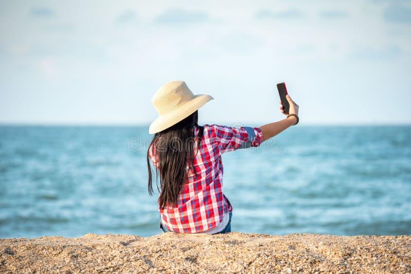 Mujer asi?tica Selfie en la playa imagen de archivo libre de regalías