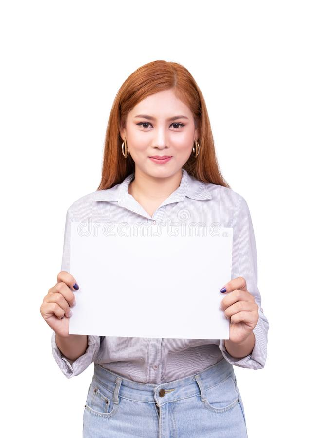 Mujer asi?tica sonriente que sostiene la bandera blanca en blanco, papel de tablero de la muestra del negocio con la trayectoria  imagenes de archivo