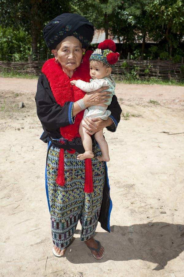 Mujer Asia del retrato con el bebé, grupo étnico Yao fotos de archivo