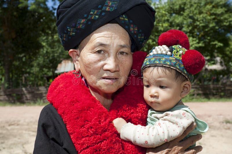 Mujer Asia del retrato con el bebé, grupo étnico Yao fotografía de archivo