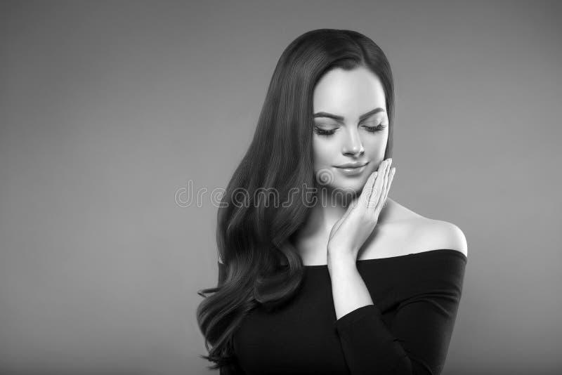 Mujer asombrosa del peinado Modelo moreno hermoso G de la belleza de las mujeres foto de archivo