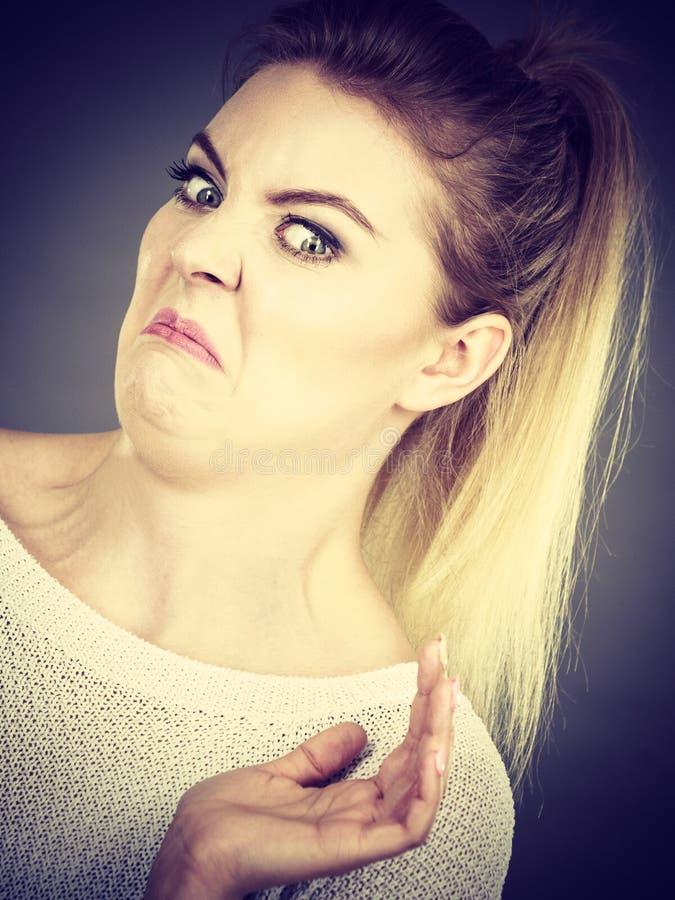 Mujer asqueada que tiene expresión divertida de la cara imagen de archivo