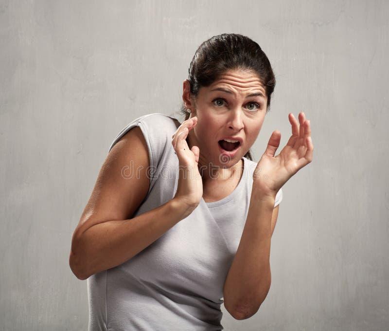 Mujer asustada asustada fotos de archivo libres de regalías