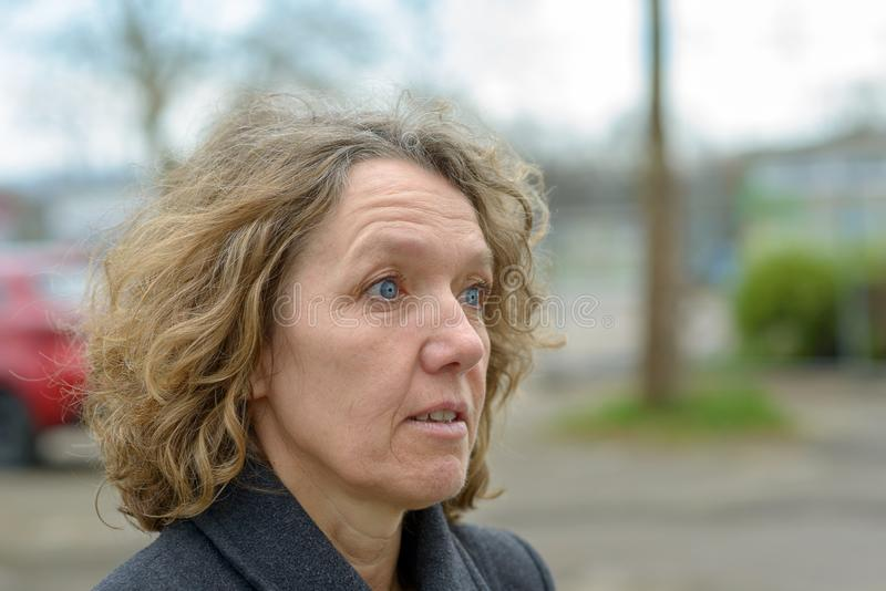 Mujer asustada con una mirada de la incredulidad imagen de archivo libre de regalías