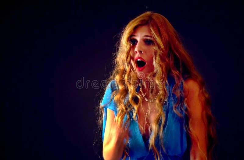 Mujer asustada que grita con el miedo interior en la noche de Halloween imagen de archivo