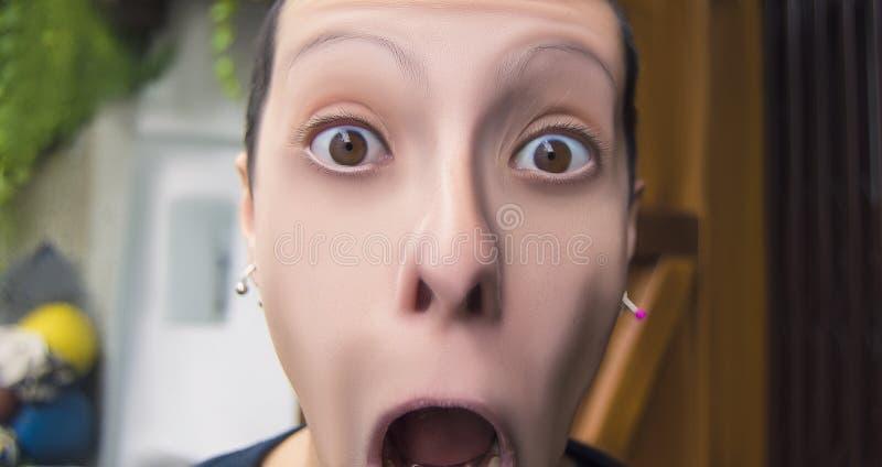 Mujer asustada que grita con la boca abierta de par en par fotografía de archivo