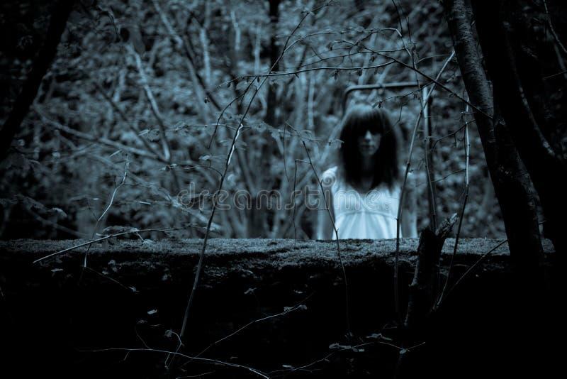 Mujer asustadiza del horror fotos de archivo