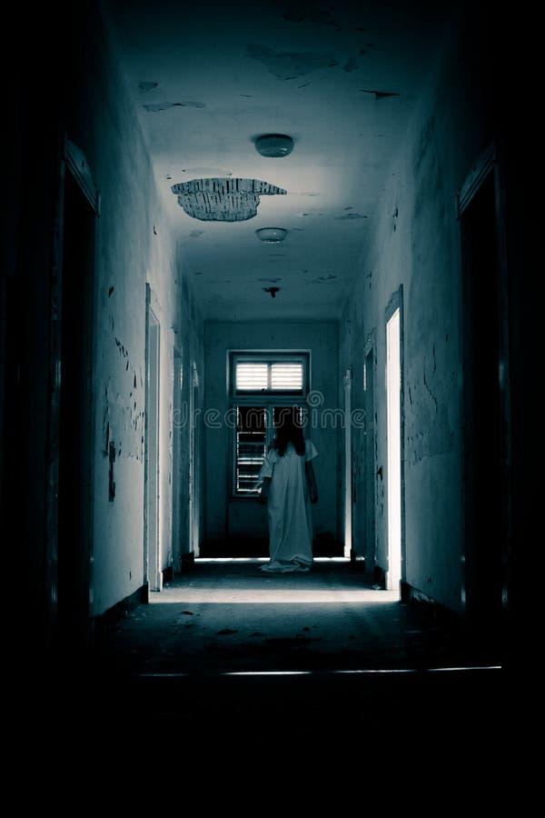 Mujer asustadiza del horror fotografía de archivo libre de regalías