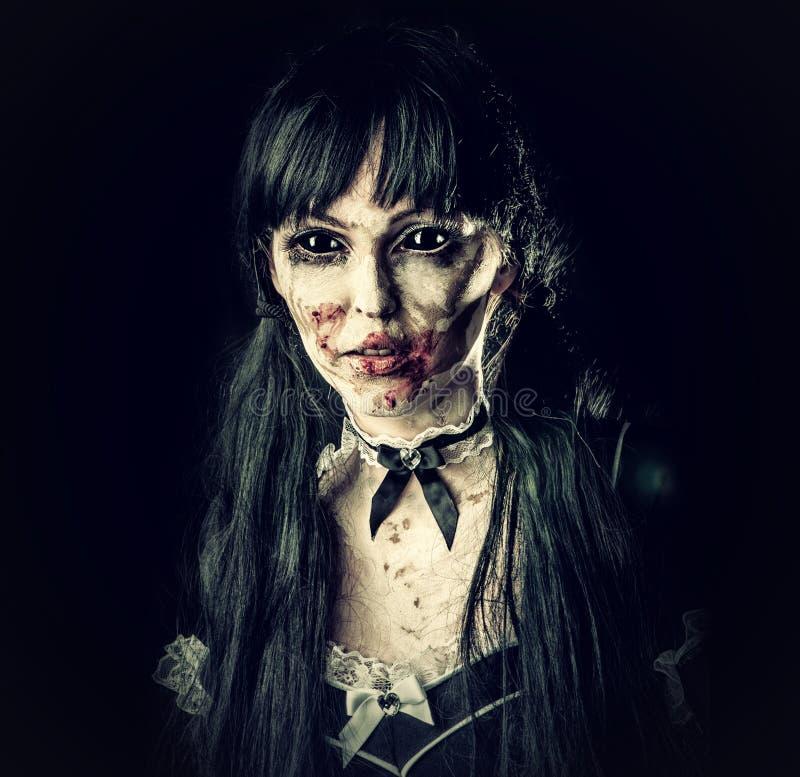 Mujer asustadiza del zombi con los ojos morados imagen de archivo