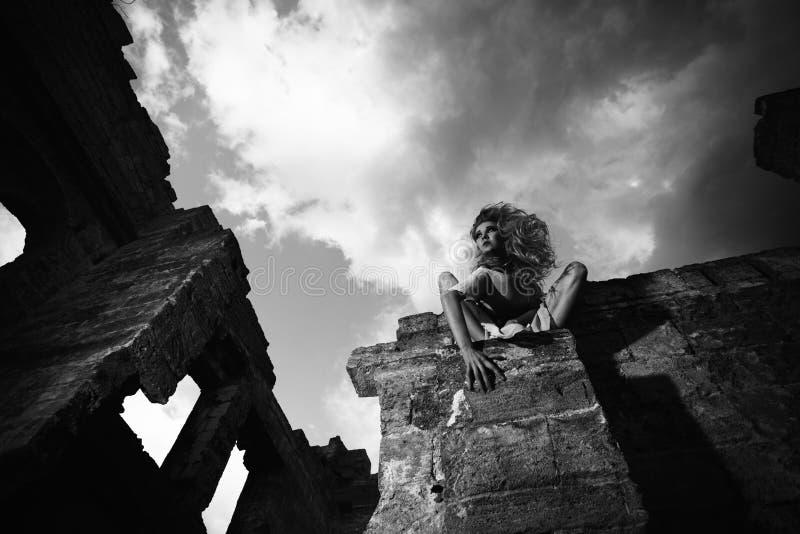 Mujer asustadiza en las ruinas, visión de debajo imagen de archivo