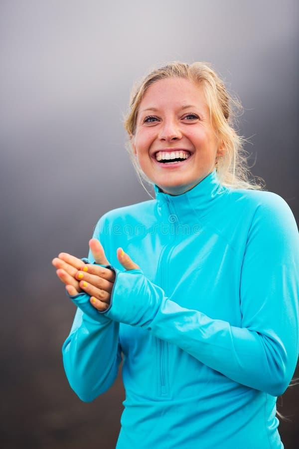 Mujer atlética atractiva joven, paños deportivos que llevan foto de archivo