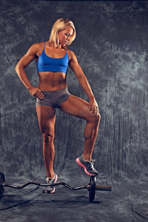 Mujer atlética con los pesos imagen de archivo