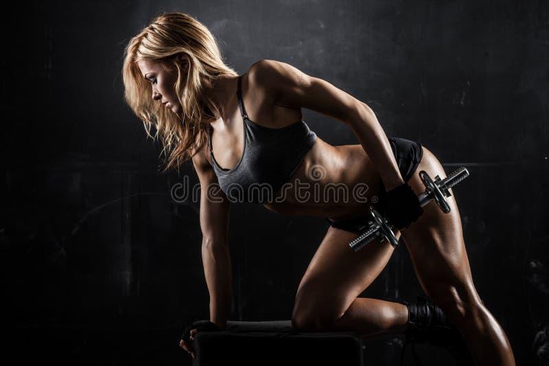 Mujer atlética con pesas de gimnasia imagen de archivo