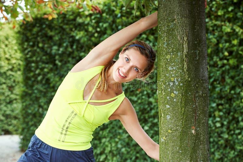 Mujer atlética deportiva que hace estirar de la aptitud aire libre de la yoga de los deportes imágenes de archivo libres de regalías