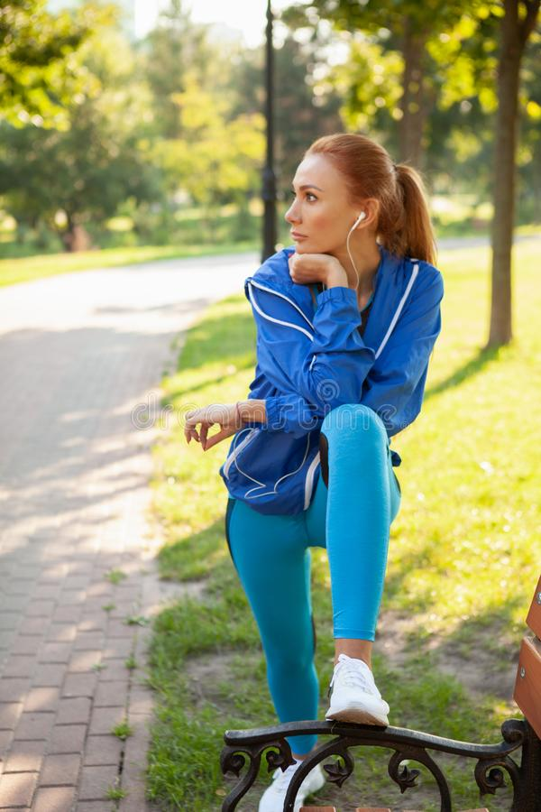 Mujer atlética magnífica que se resuelve en el parque por la mañana fotografía de archivo