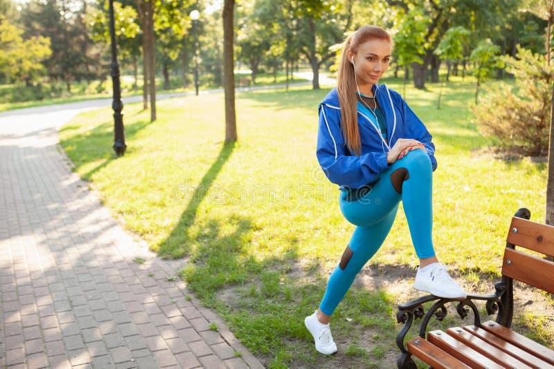 Mujer atlética magnífica que se resuelve en el parque por la mañana fotos de archivo libres de regalías