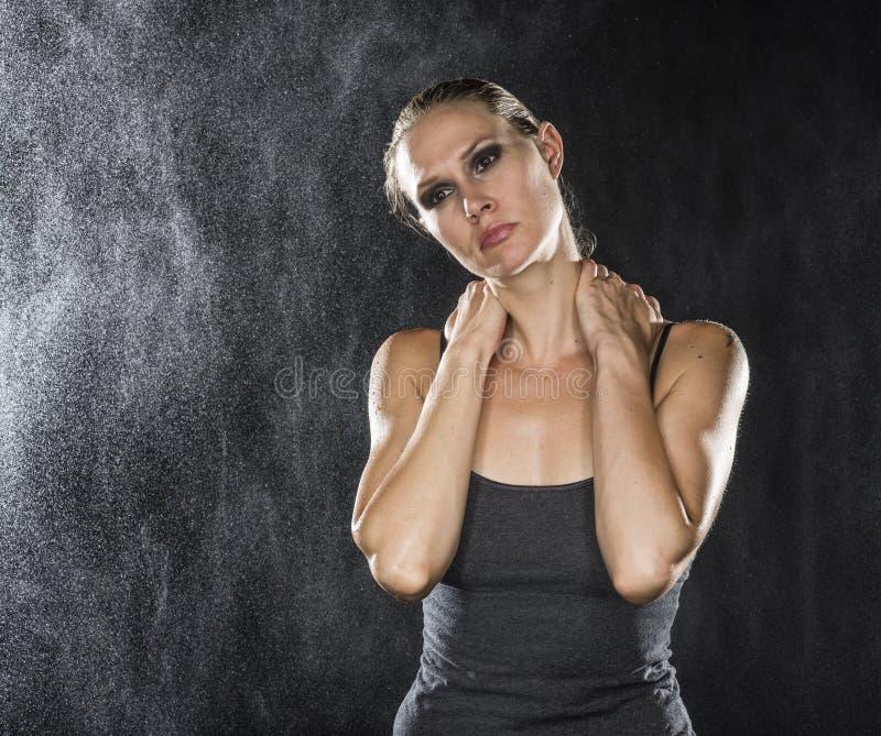 Mujer atlética pensativa que se sostiene el cuello fotografía de archivo libre de regalías