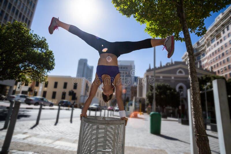 Mujer atlética que realiza posición del pino y que hace fractura en compartimiento imagen de archivo libre de regalías