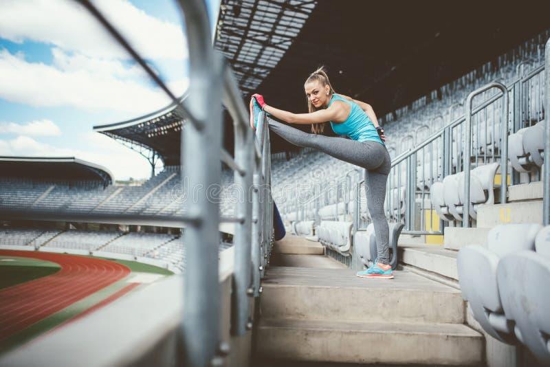 Mujer atlética que va para una sacudida o un funcionamiento en la pista corriente Concepto sano de la aptitud de forma de vida mo imagen de archivo