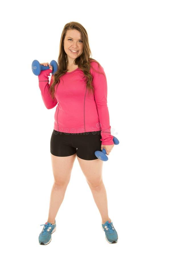 Mujer atlética sana que se coloca con ocho pesos del barbell de la libra imágenes de archivo libres de regalías