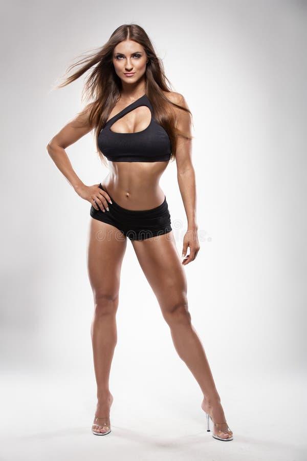 Mujer atractiva agradable de la aptitud que plantea el cuerpo perfecto fotos de archivo libres de regalías