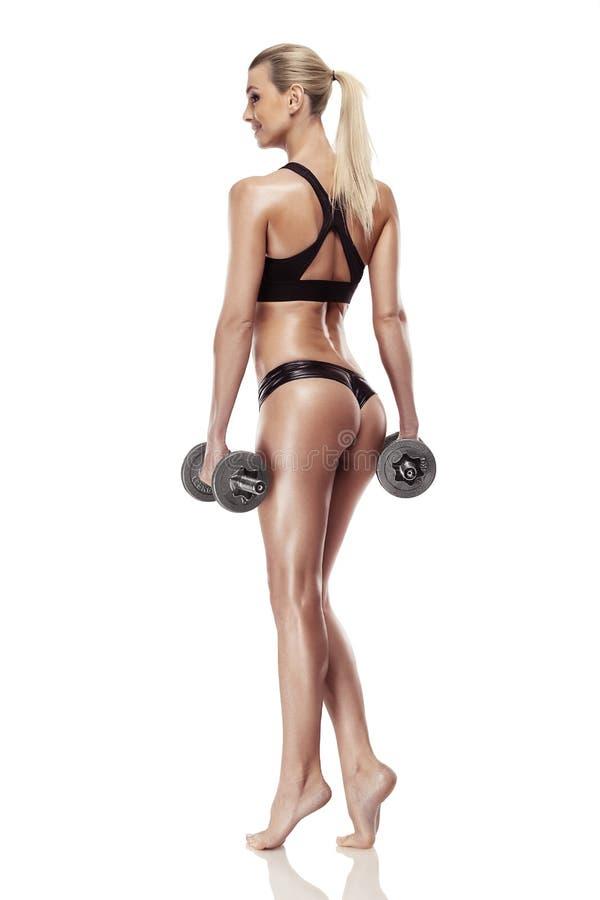 Mujer atractiva agradable que hace entrenamiento con pesa de gimnasia fotos de archivo libres de regalías