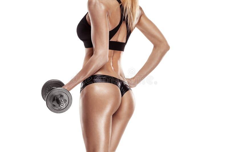 Mujer atractiva agradable que hace entrenamiento con pesa de gimnasia fotografía de archivo libre de regalías