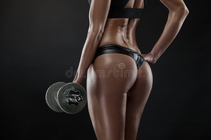 Mujer atractiva agradable que hace entrenamiento con pesa de gimnasia foto de archivo