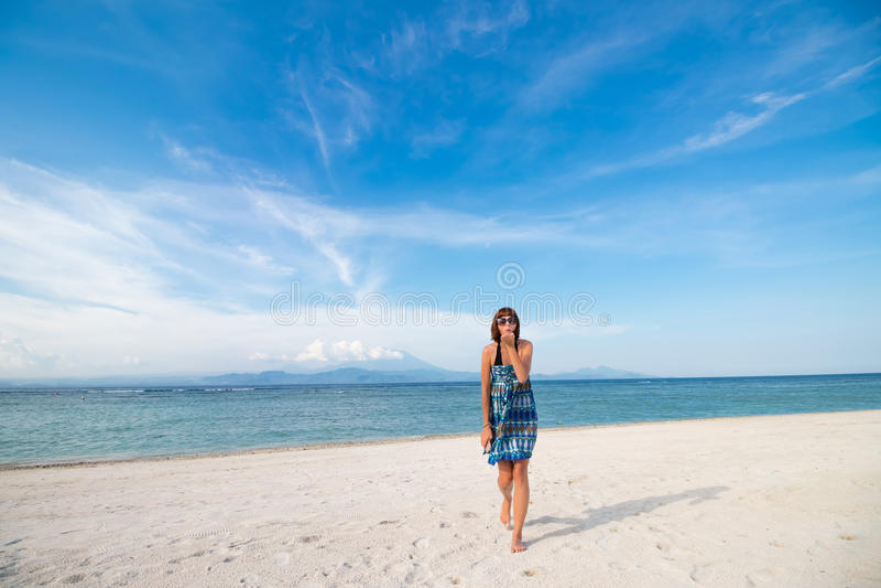 Mujer atractiva bastante caliente de los jóvenes en la isla tropical en verano cerca del mar y del cielo azul que dan beso del ai fotos de archivo