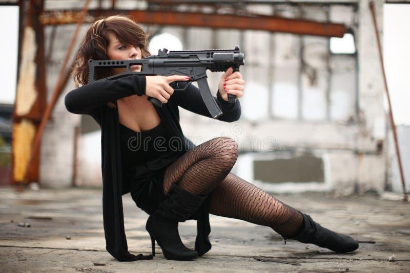 Mujer atractiva con el arma foto de archivo