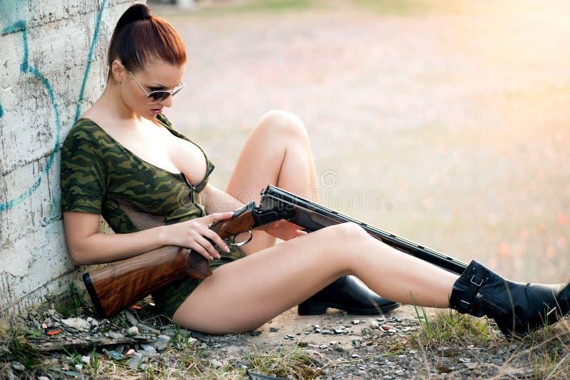 Mujer atractiva con el arma imagen de archivo libre de regalías